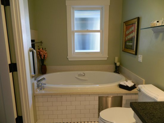1906 Lodge, A Four Sisters Inn: Jacuzzi tub