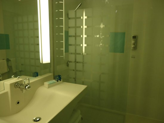 Novotel Edinburgh Park: Clean, well appointed bathroom