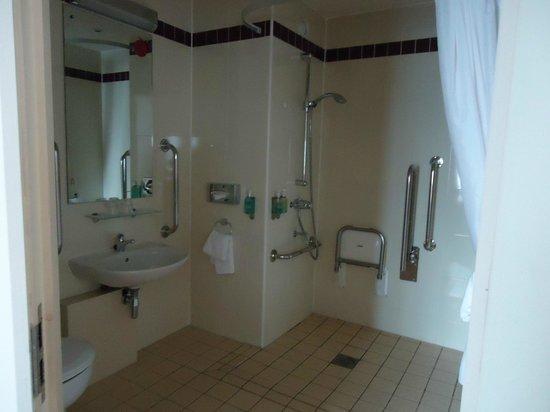 Jurys Inn Sheffield: No idea why it was a disabled bathroom, but it's spacious
