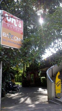 Un's Hotel: Entrance