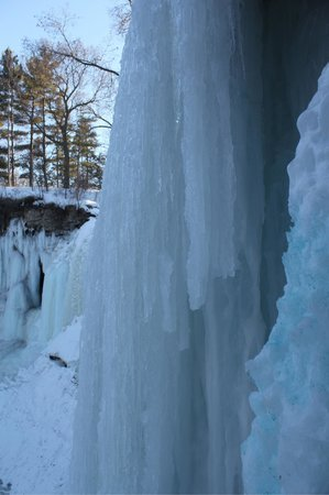 Minnehaha Park: Frozen falls in march