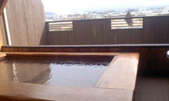 Yumeoiso: 室内露天からの風景。遠くで見ずらいですが、肉眼では阿蘇山が見えました