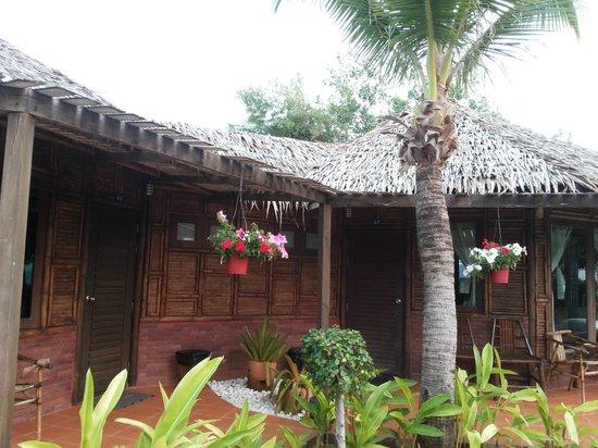 Villa Ravadee Resort & Spa : ภายนอกห้องพักสไตล์วิลล่า มุมตรง
