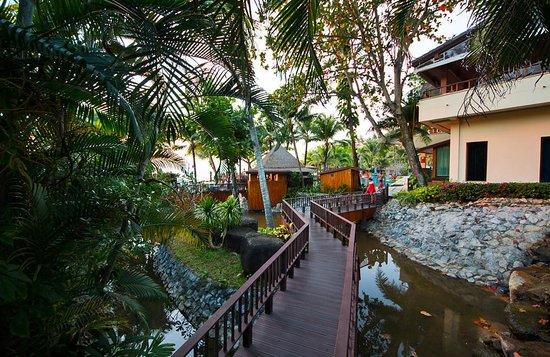 Andaman White Beach Resort: Gångväg till pool
