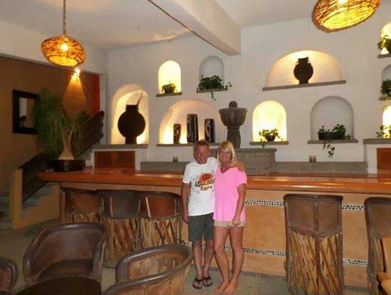 Hotel Irma: sitting area next to bar