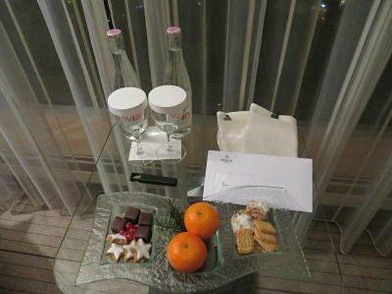 Hilton Frankfurt City Centre: ウェルカムドリンクにフード。とても美味しかったです