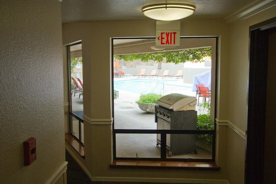 Best Western Plus Novato Oaks Inn : Note how handy close the patio and pool are to the hallway.