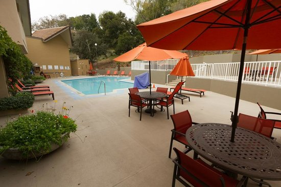 Best Western Plus Novato Oaks Inn : Outdoor seating just steps away from the breakfast area.