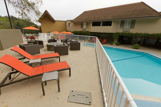 Best Western Plus Novato Oaks Inn : The patio, pool and fireplace.