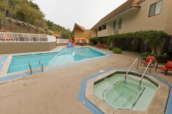 Best Western Plus Novato Oaks Inn : Large patio, pool, and fireplace.