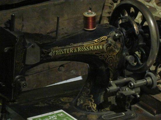 Okanagan Heritage Museum: จักรเย็บผ้าโบราณ