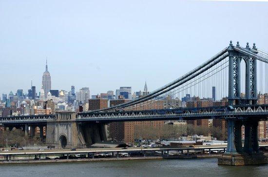 Manhattan Bridge: El puente y en el fondo el Empire State