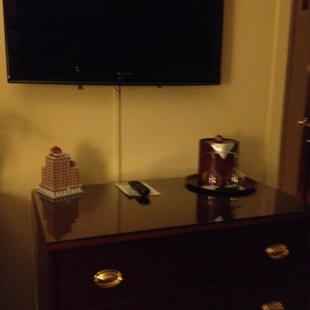 Marcus Whitman Hotel & Conference Center : Dresser and TV, two-bedroom suite