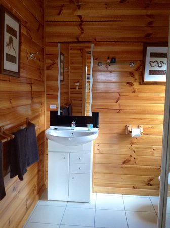 Lumera Chalets: Spotlessly clean large ensuite bathroom.