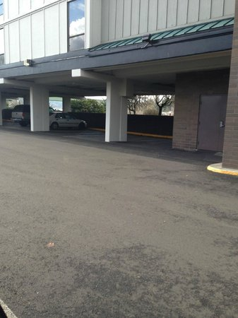 Best Western Plus Rivershore Hotel: Parking area