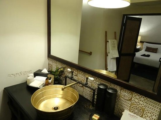 Tamarind Village: Nicely appointed bathroom - lots of character