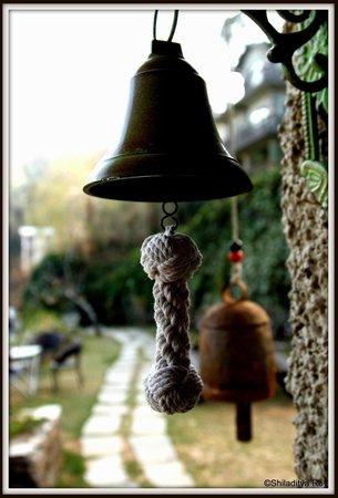 Soulitude in the Himalayas : door bell
