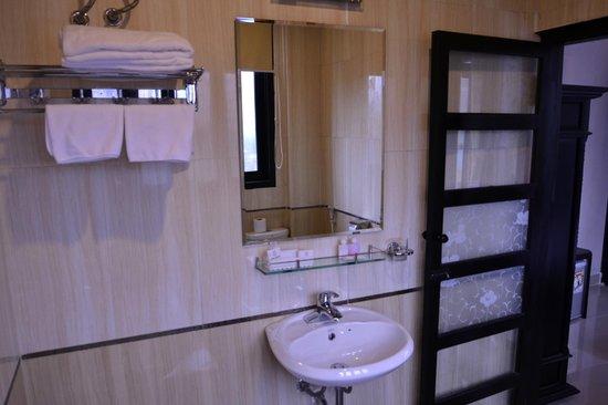 HueNino Hotel: Bath Room