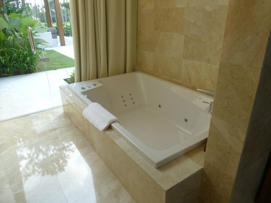 Candi Beach Resort & Spa: large jacuzzi bath