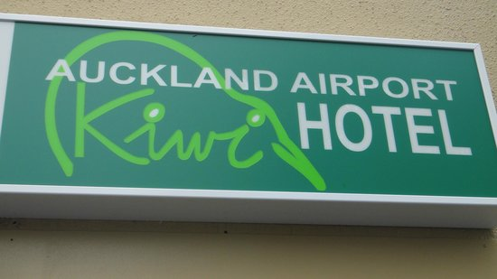 Auckland Airport Kiwi Hotel : signage of hotel