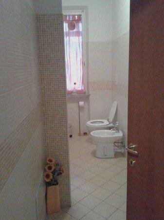 I bagni in comune sono due per quattro camere - Foto di B&B The ...