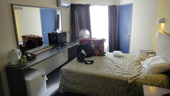 Auckland Airport Kiwi Hotel: room 224 & basic