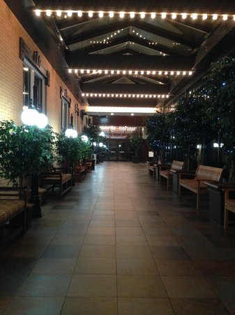Pensacola Grand Hotel: Lovely walkway and seating area between lobby and the restaurant/library section of the hotel.