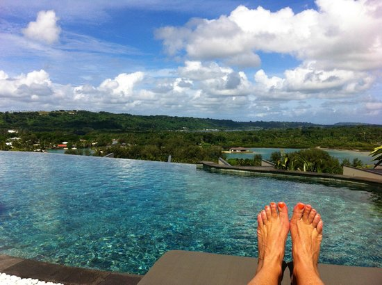 The Terraces Boutique Apartments: Infinity Pool on the top Terrace with view of Lagoon and forest