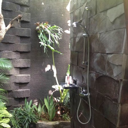 Rumah Santai Villas: One side of Shower Villa 103