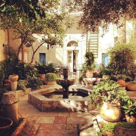 The American Colony Hotel: Beautiful yard