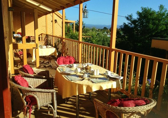 Meredith House and Mews: breakfast can be taken on the terrace or in the dining room