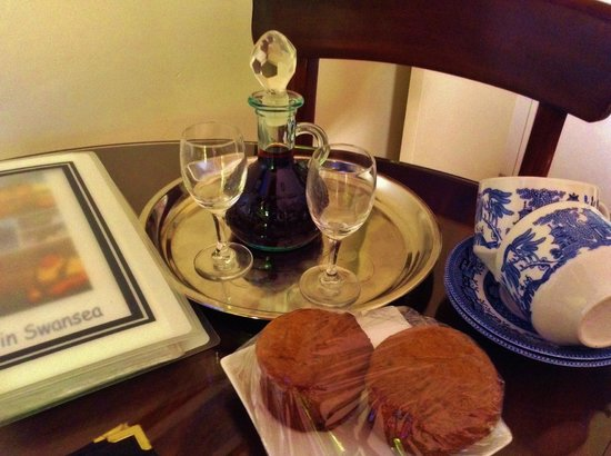 Meredith House and Mews: Port and home made muffins greet guests