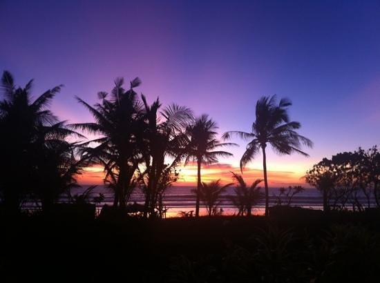 Padma Resort Legian: Solnedgangen fra bassenget!