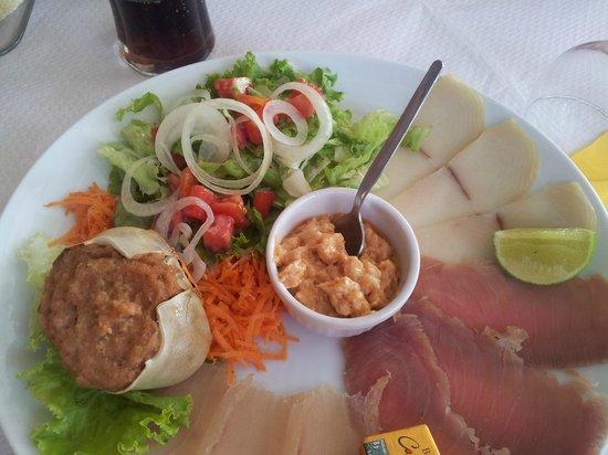 La Saladerie : assiette poissons fumés, rillettes de poissons et crabe farcis