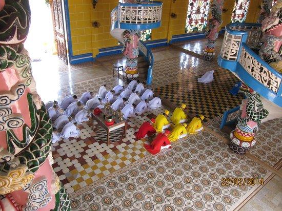Cao Dai Temple : Prayers