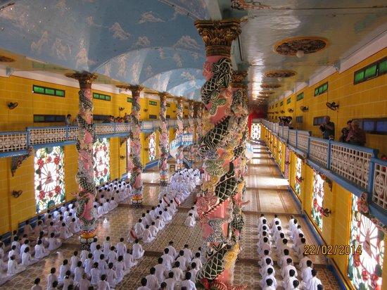 Cao Dai Temple : Vibrant