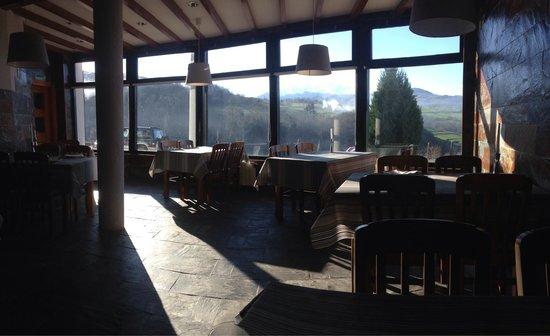 Hotel Rural Montañas de Covadonga: Desayunando en el comedor.