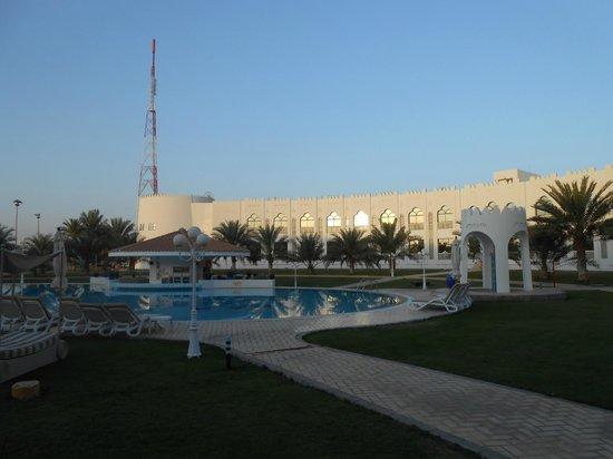 Liwa Hotel: Pool area just after sunrise