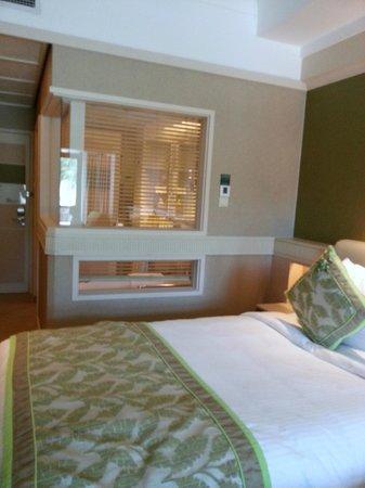 Shangri-La's Rasa Sentosa Resort & Spa : Adjustable blind separating the bed and bath tub