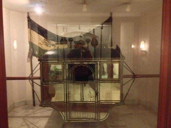 WelcomHeritage Noor-Us-Sabah Palace : The palanquin earlier talked about