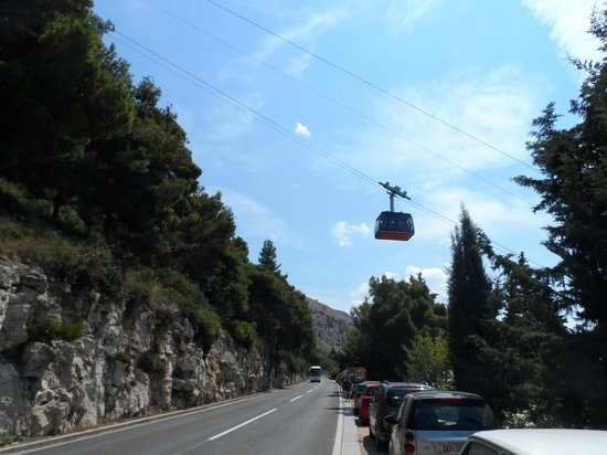 Funiculaire de Dubrovnik : Cable car nearing the top of its run