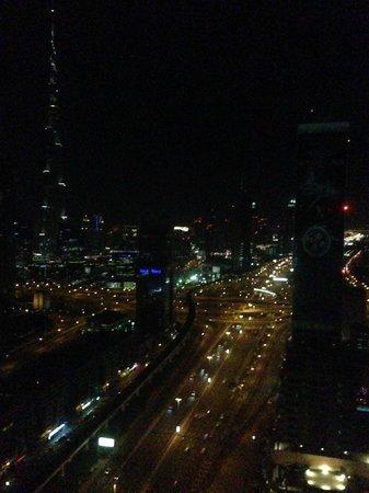 Al Salam Hotel Suites: Vue de la chambre sur le Burj Khalifa de nuit