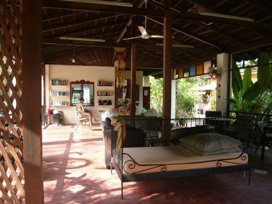 Pondok Keladi Guest House: Véranda Espace commun avec la cuisine au fond
