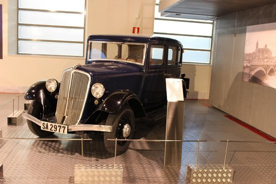Museo de la Historia de Automocion : car in the museum