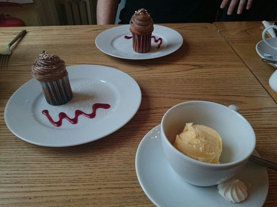 Water of Leith Cafe Bistro: Morning cake, don't mind if I do :)