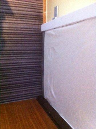 Hotel Europe: vochtprobleem, behang was los alsook het tapijt
