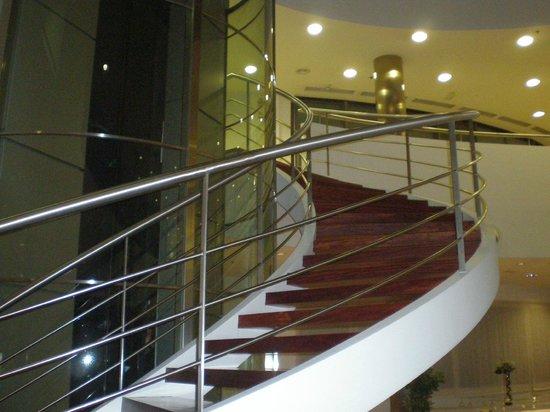 Hotel Attica 21: escada e elevador panoramico