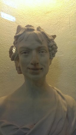 Hotel do Cerro : One of the Roman style statues