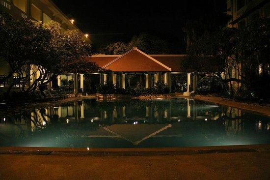 Raffles Hotel Le Royal: Pool area at night