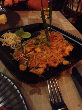 Bamboo Kitchen : Chicken phad thai, not spicy at all but still tasty